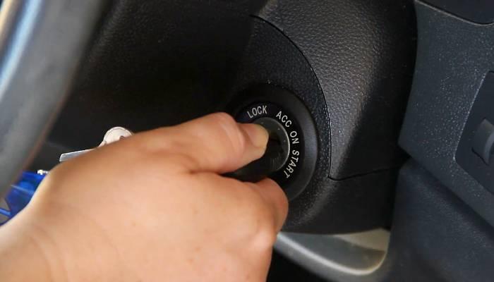 ¿Por qué no puedo girar la llave del coche?